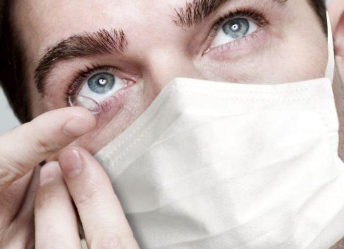 Manevrarea lentilelor de contact poate transfera virusul.